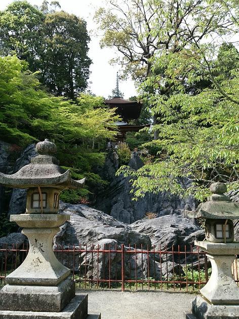 石山寺 岩の下から見上げる多宝塔